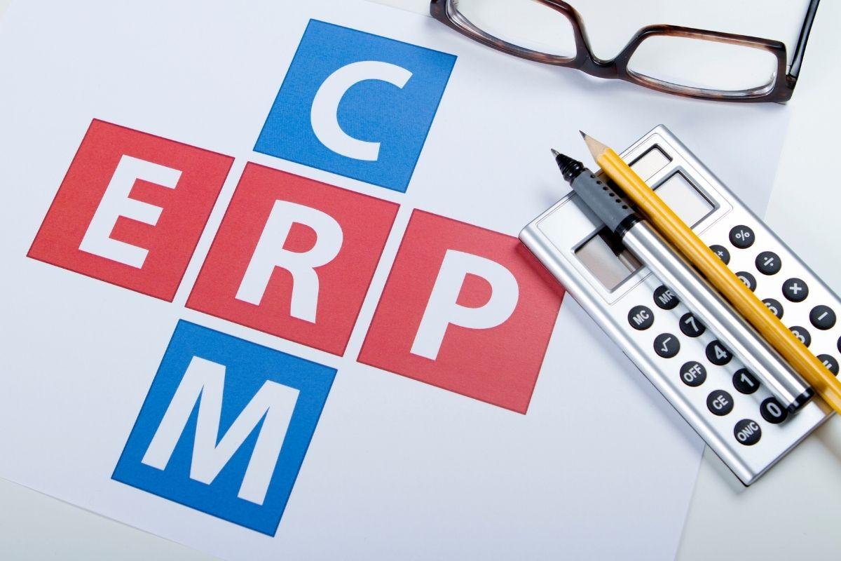 Czym różni się system ERP od CRM